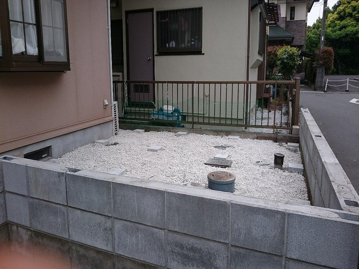 デッキ下砂利敷き、平板