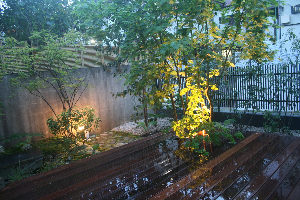 水盤周囲にはアセビ、オオデマリ、ヤマボウシ等を植栽しました。
