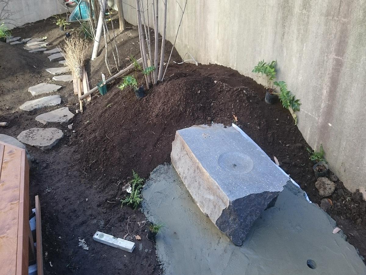 デッキ前には六方石の水盤を設置。大きめの六方石をスライスカットを行い中心部から水が湧き出る仕様となっています。
