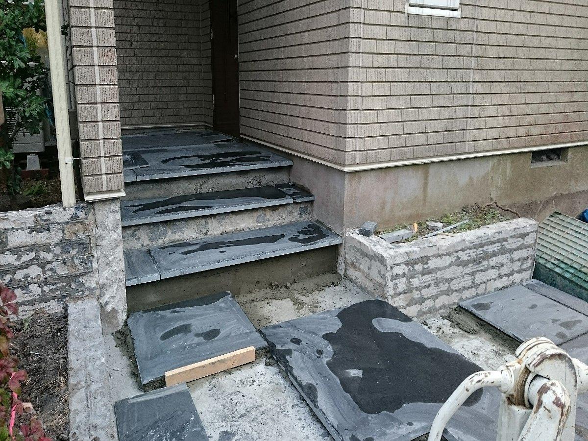 玄関前も改修工事を行っていきます。既存の階段を解体し大判の玄昌石を敷きこんでいきます。