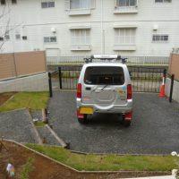 駐車場砕石階段と鋳物アップゲート