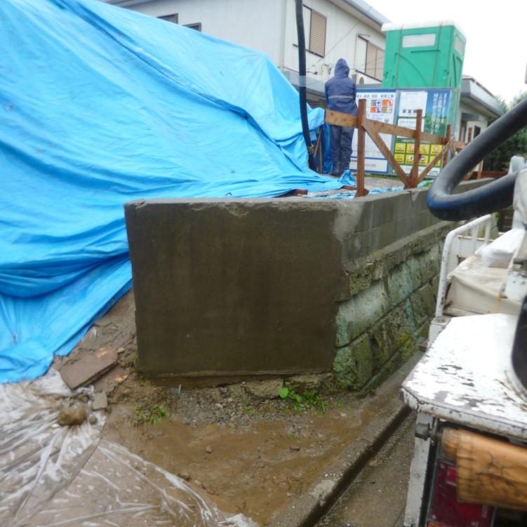 施工前の写真です。 既存の土留め擁壁の中に大量の土が残っております。