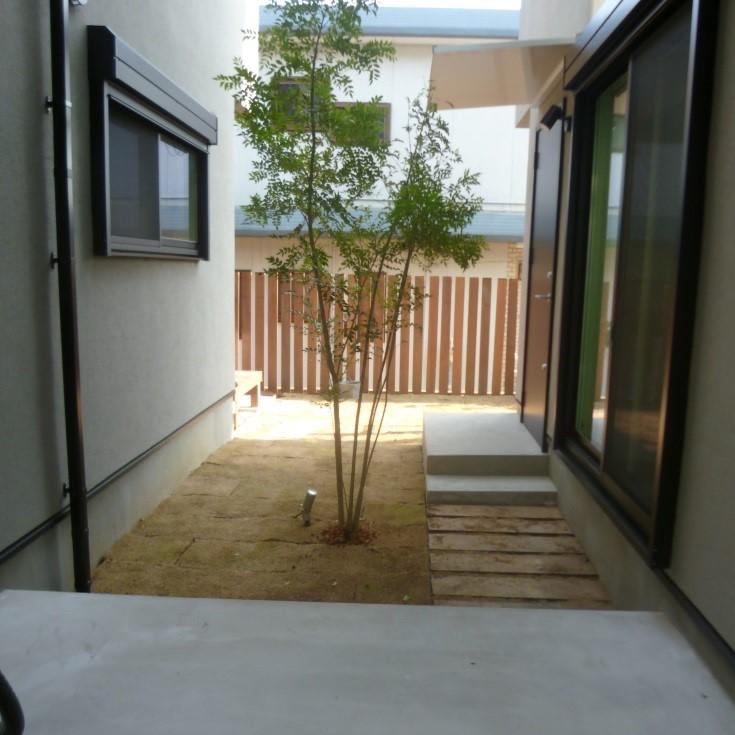 玄関前にはパープルハート枕木のステップを。 目地に芝を入れております。