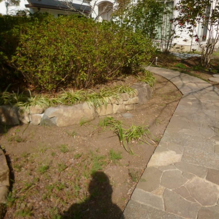 アプローチを進みますと途中、石積みの花壇が見えます。